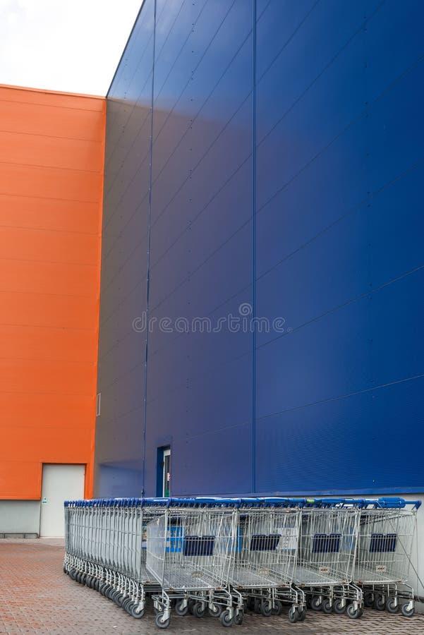 Download Диаграммы выровнянные вне супермаркета Стоковое Фото - изображение насчитывающей актиния, диаграммы: 40588024