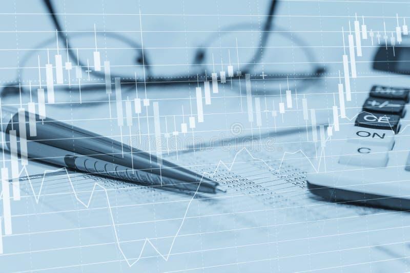 Диаграммы данным по запаса с ручкой и стеклами калькулятора электронной таблицы Фото концепции абстрактное бухгалтерии банка фонд стоковые изображения