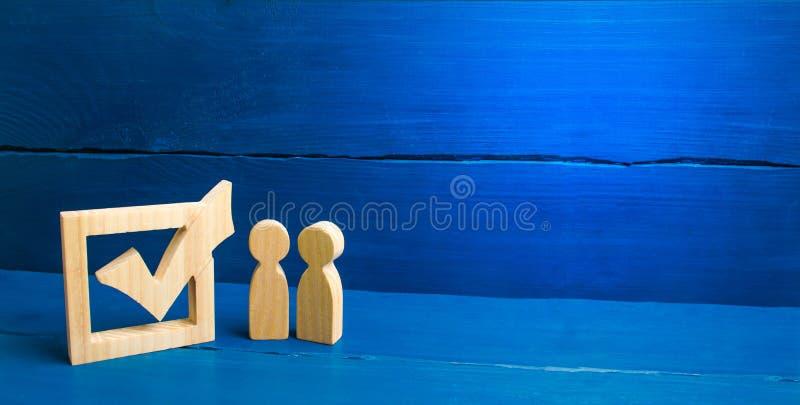 2 диаграммы стоят совместно рядом с тиканием в коробке Концепция избраний и социальных технологий Волонтеры, партии стоковые изображения rf