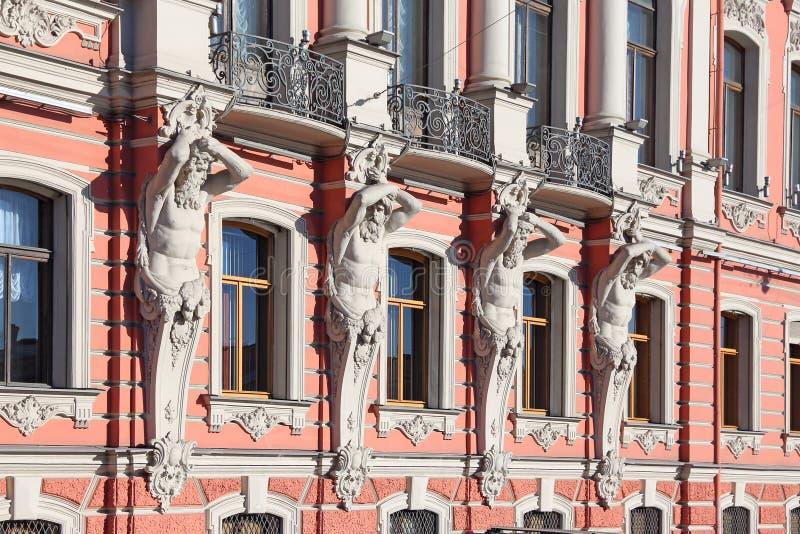 Диаграммы Atlantes на стене дворца Beloselsky-Belozersky стоковое изображение
