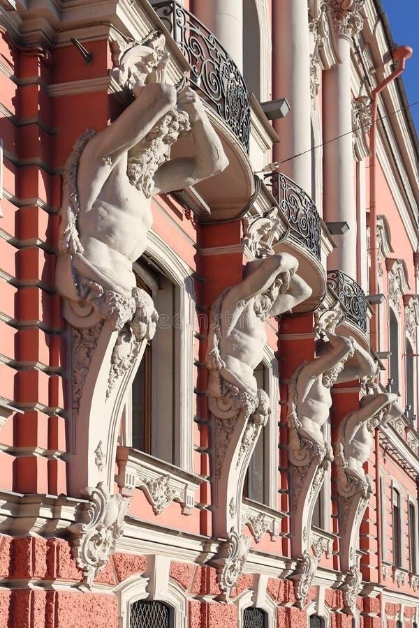 Диаграммы Atlantes на фасаде дворца Beloselsky-был стоковое изображение rf