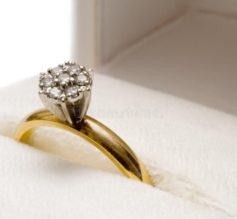 Download диамант гнездился кольцо стоковое изображение. изображение насчитывающей золото - 600371