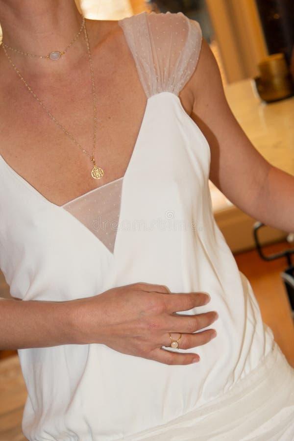 Диапазоны серег ювелирных изделий модели женщины нося привесные стоковое изображение rf