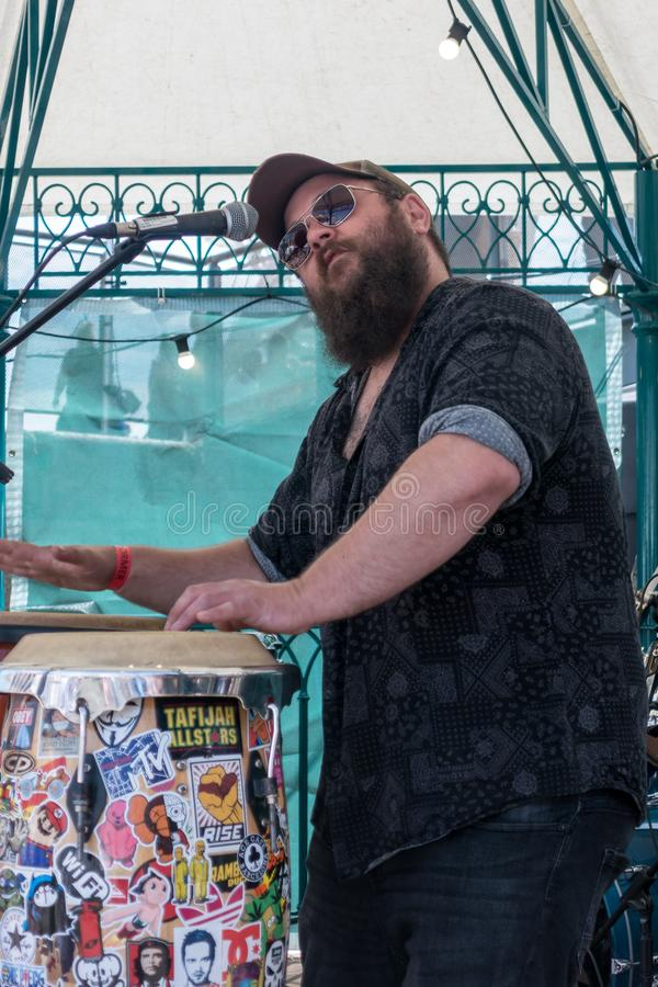 Диапазон братства выполняя на фестивале еды в Кардиффе 7-ого июля 2019 Один неопознанный человек стоковые изображения rf