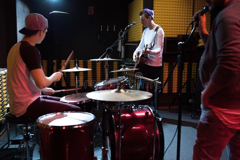 Диапазон музыки выполняя в рекордной студии стоковая фотография rf