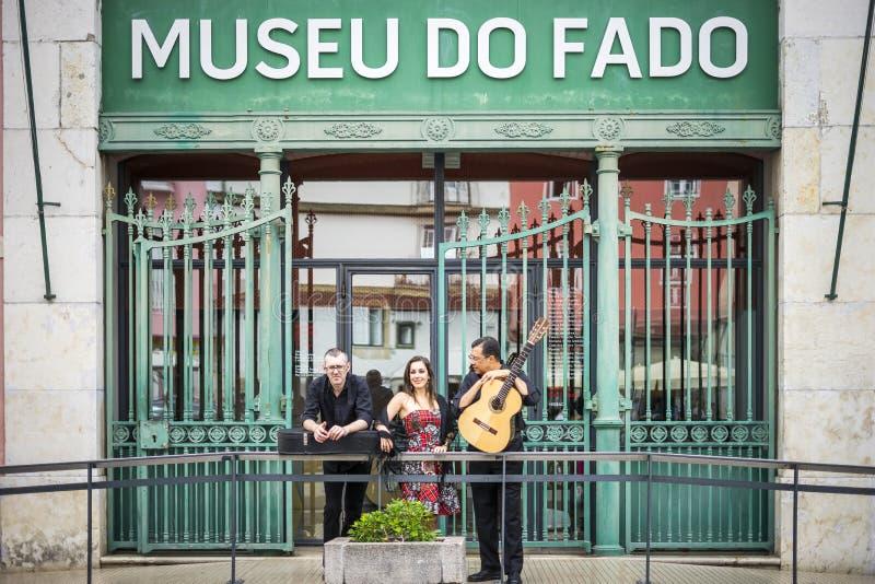 Диапазон фаду перед музеем фаду в Лиссабоне, Португалии стоковые фото