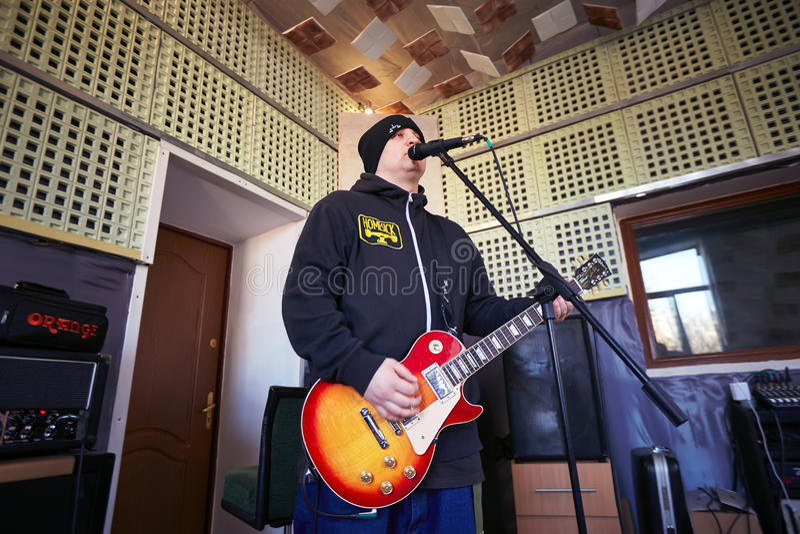 Диапазон Brutto музыки выполняя в студии звукозаписи стоковая фотография