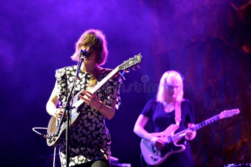 Диапазон Sleater Kinney в концерте на фестивале 2015 звука Primavera стоковое фото rf