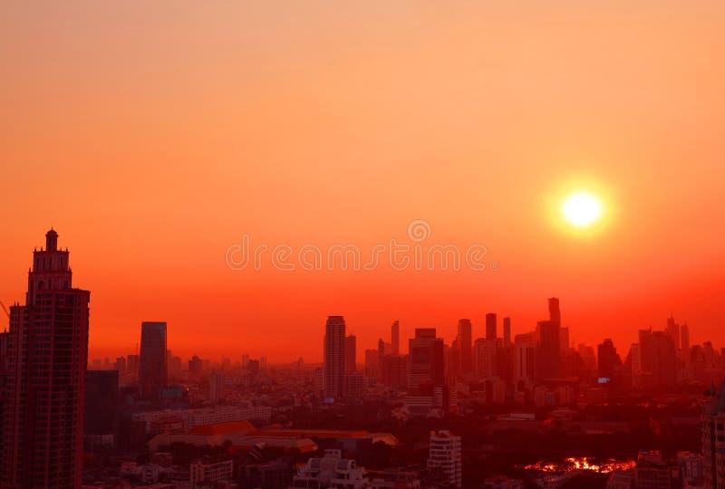 Дивный заход солнца над небоскребами в живом красном и оранжевом цвете стоковые фотографии rf