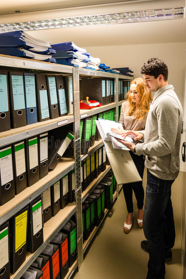 Дигитализирование: молодой человек и женщина в компании стоковое изображение rf