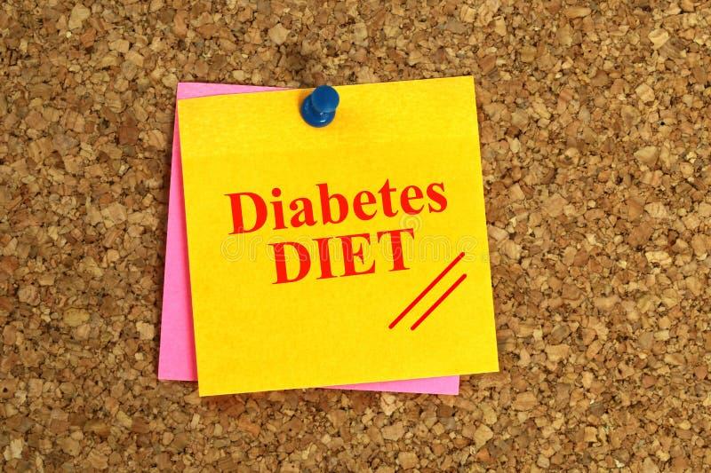 ДИЕТА диабета написанная на желтом примечании с Pin нажима на пробковой доске стоковая фотография