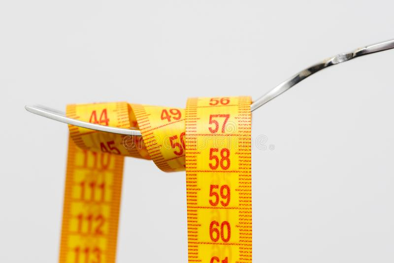 Диета для потери веса, измеряя лента с вилкой для принимает заботе здоровую концепцию еды стоковые фотографии rf