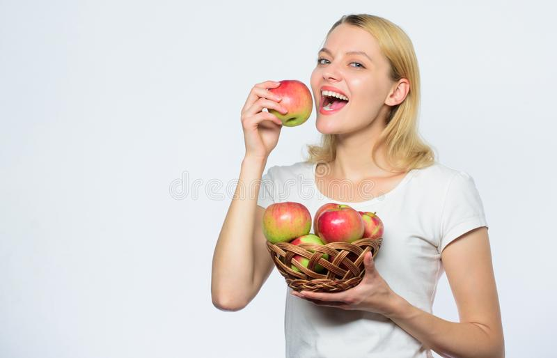 Вы хотел были бы некоторое диета и еда витамина shooping обрабатывать землю концепция здоровые зубы Счастливая женщина есть яблок стоковые фотографии rf