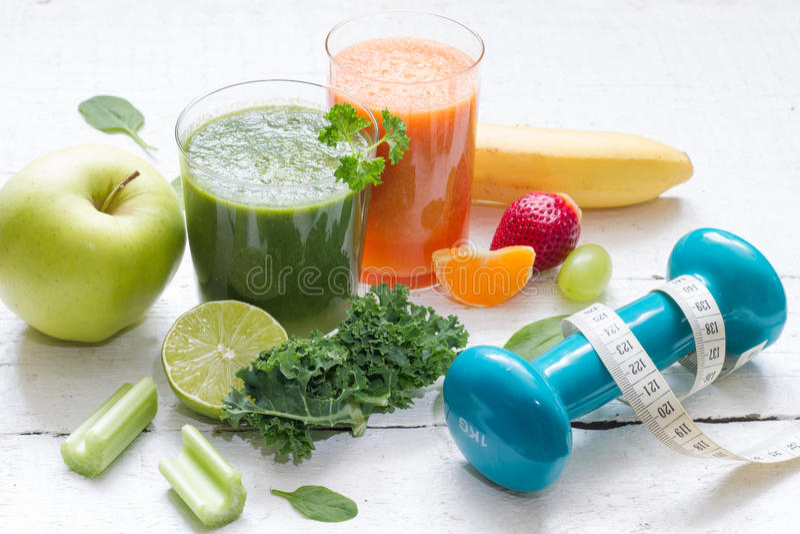Диета и фитнес здоровья плодоовощей, овощей, сока, smoothie и dumbell стоковые фото