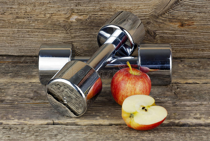 Диета Dumbell, витамина и фитнес стоковое изображение