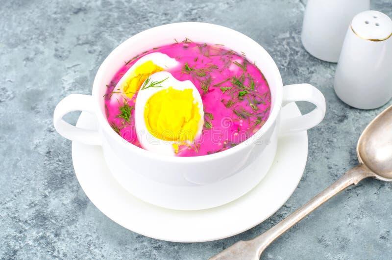Диетическая и здоровая еда Суп с свеклами и яичками стоковые фотографии rf