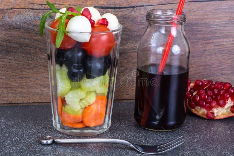 Диетический и вегетарианский салат ед-овоща в стекле и pomegra стоковая фотография