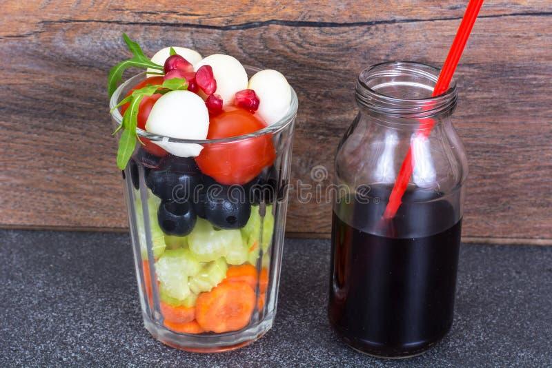 Диетический и вегетарианский салат ед-овоща в стекле и pomegra стоковое изображение