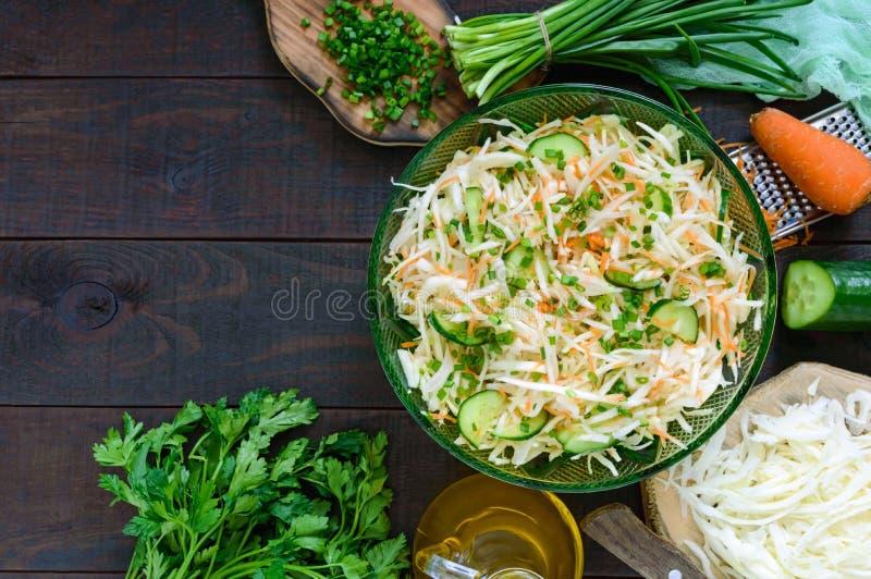 Диетический салат с капустой, огурцом, морковью, зелеными цветами Сочный салат весны с свежими овощами стоковые фотографии rf