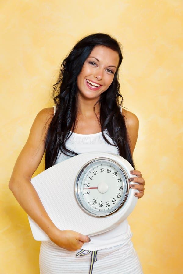 диетпитание вычисляет по маштабу успешную женщину стоковое фото rf