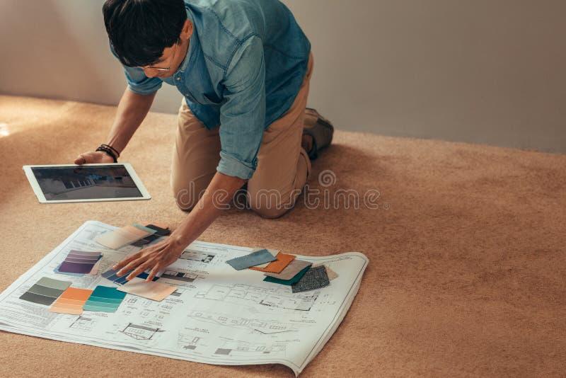 Дизайнерская выбирая цветовая схема для проекта нового дома стоковое фото rf