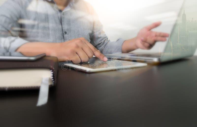Дизайнерская рука работая с портативным компьютером стоковая фотография