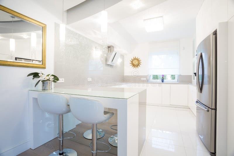 Дизайнерский белый интерьер кухни стоковые фотографии rf