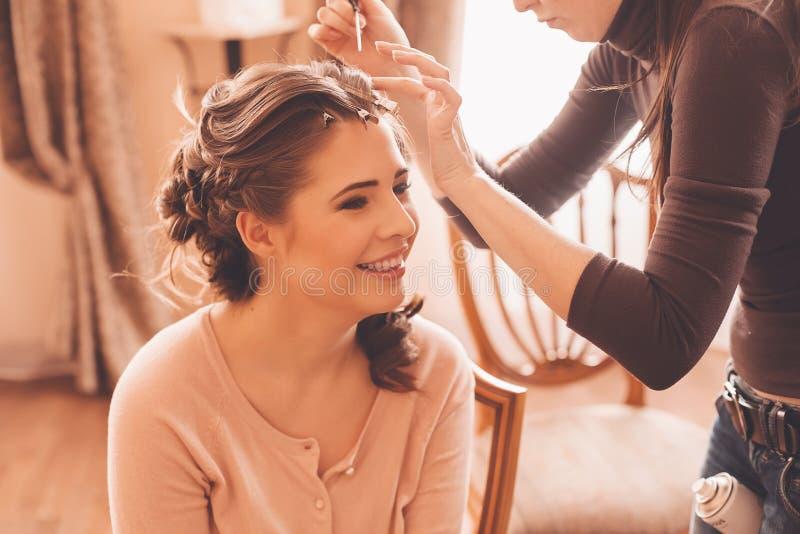 Дизайнерский делая стиль причёсок для невесты стоковая фотография rf