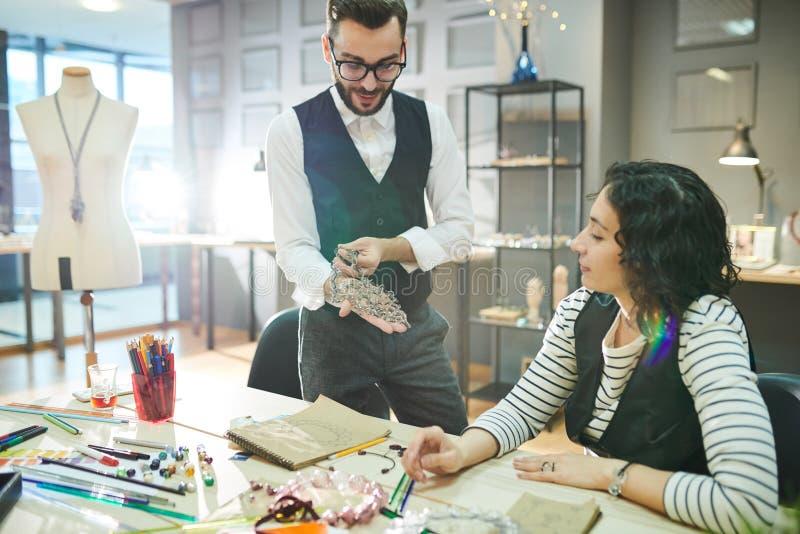 Дизайнеры ювелирных изделий сотрудничая на проекте стоковая фотография rf