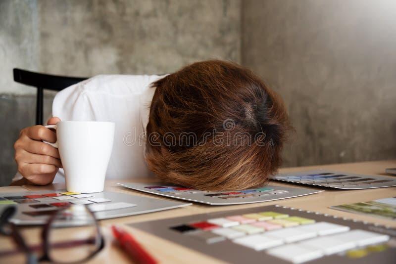 Дизайнер бизнес-леди спать пока работающ стоковая фотография