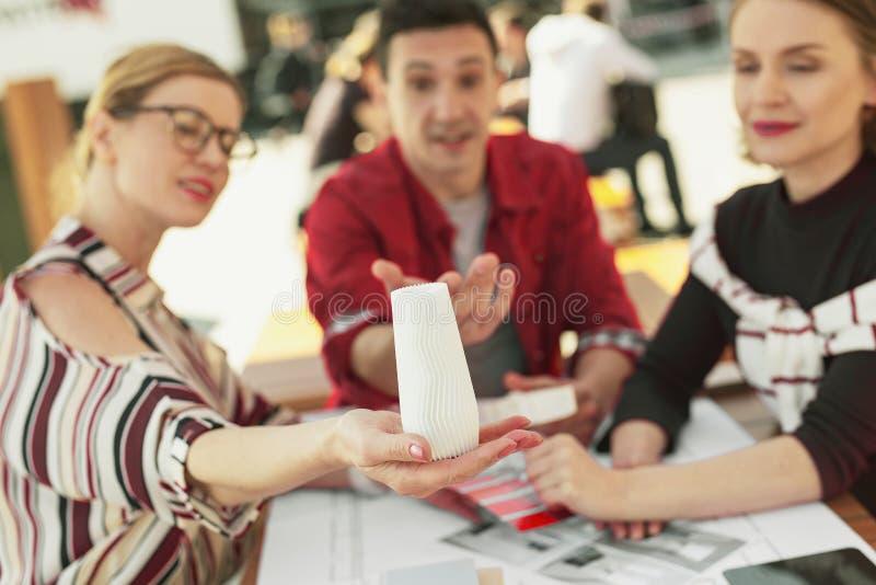 Дизайнер в маленькой модели показа блузки моды стоковая фотография rf
