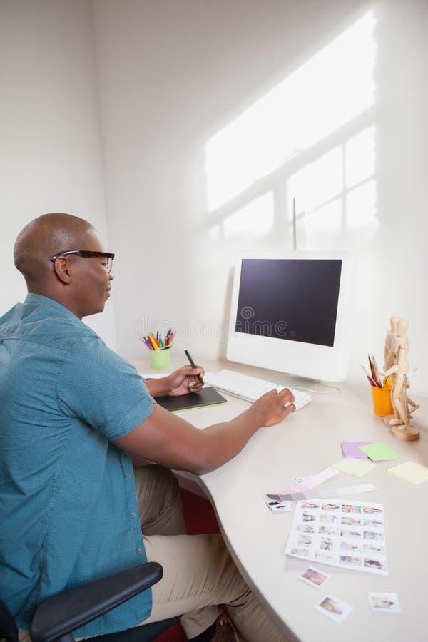Дизайнер делая эскиз к на таблетке графиков стоковая фотография