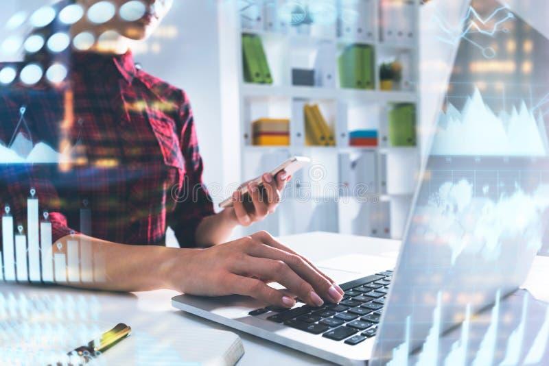 Дизайнер молодой женщины в офисе, infographics стоковая фотография