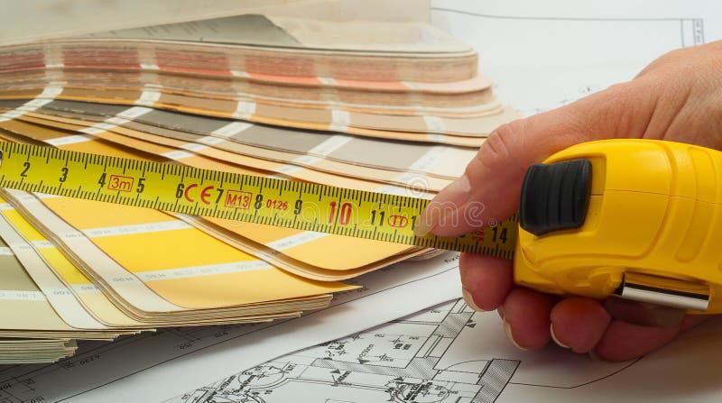 Дизайнер по интерьеру выбирает цвет стен стоковые изображения