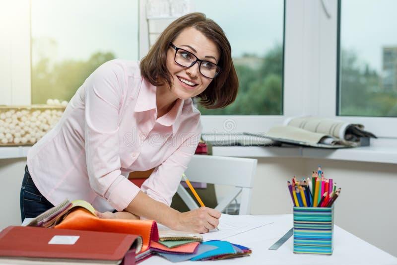 Дизайнер по интерьеру, на рабочем месте в офисе с образцами o стоковые изображения rf