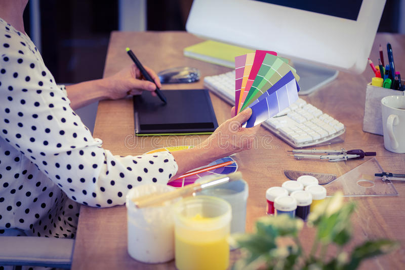 Дизайнер по интерьеру работая на столе стоковое фото
