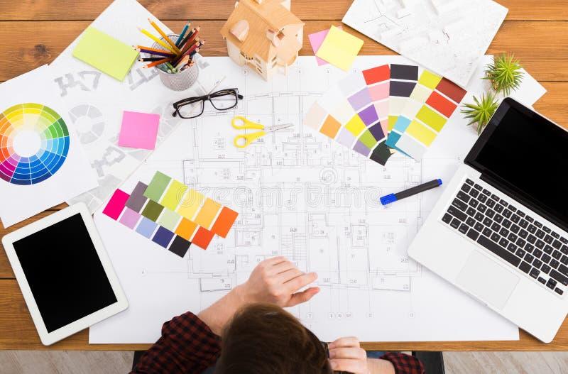 Дизайнер по интерьеру работая с взгляд сверху палитры стоковая фотография rf