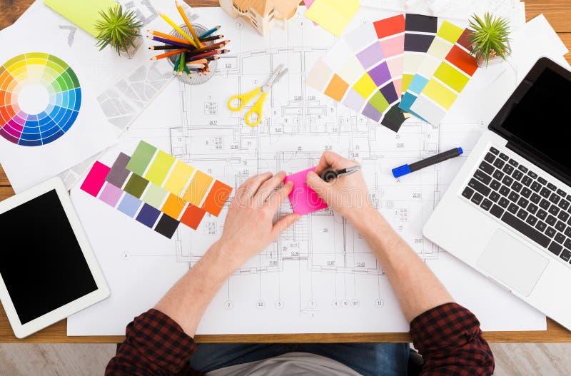 Дизайнер по интерьеру работая с взгляд сверху палитры стоковая фотография