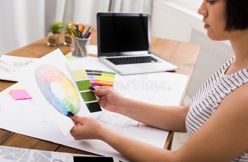 Дизайнер по интерьеру работая с палитрой стоковая фотография rf