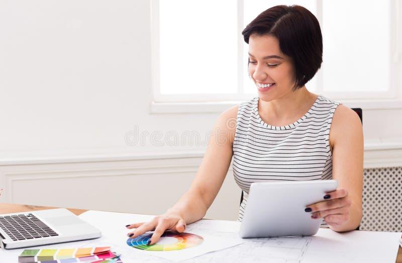 Дизайнер по интерьеру работая с палитрой стоковая фотография
