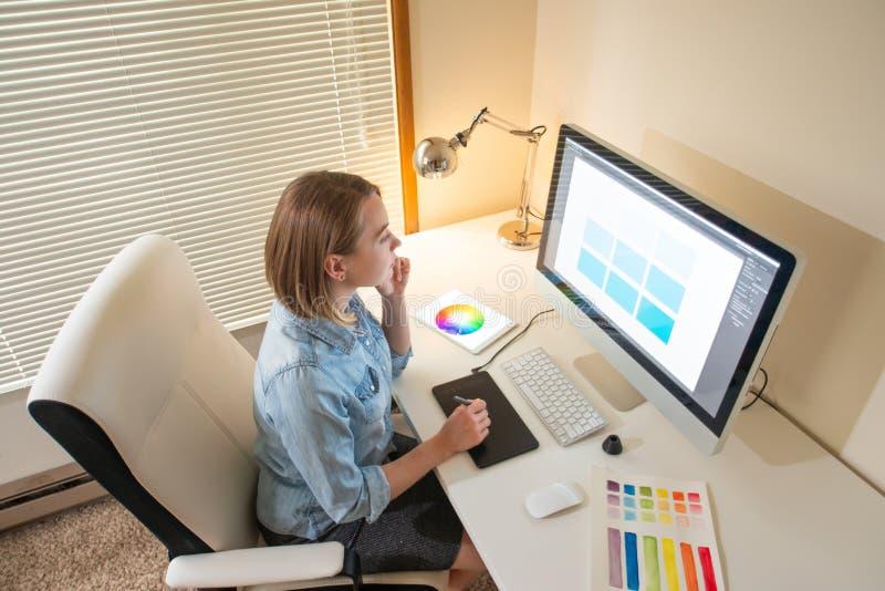 Дизайнер художника творческий развитие сети работа с цветом концепция навыка иллюстратора flane графическая стоковое фото
