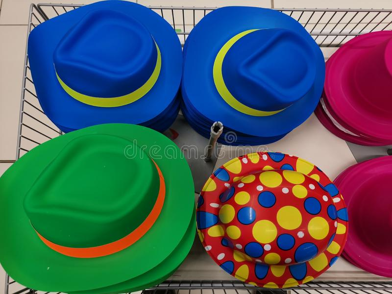 Дизайны красочных шляп различные в корзине стоковые фотографии rf