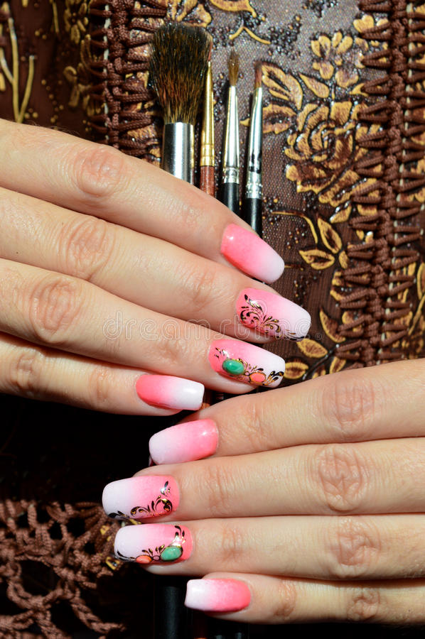 Дизайны ногтя: градиент, отливка золота, жидкостный камень стоковая фотография rf