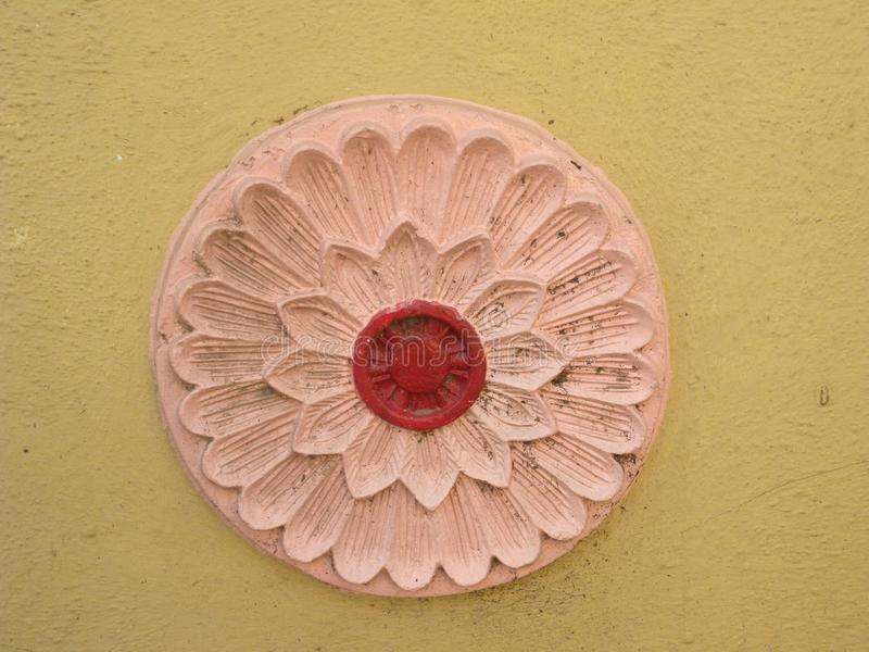 Дизайн Бангалора, Karnataka, Индии - 10-ое апреля 2018 красочный круговой флористический на стенах стоковые фотографии rf