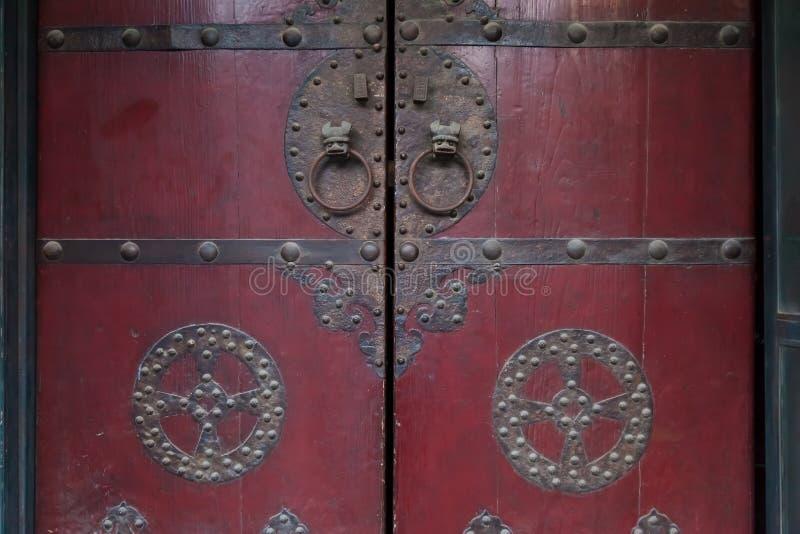 Дизайн двери старый от фарфора и популярный в прошлом стоковая фотография