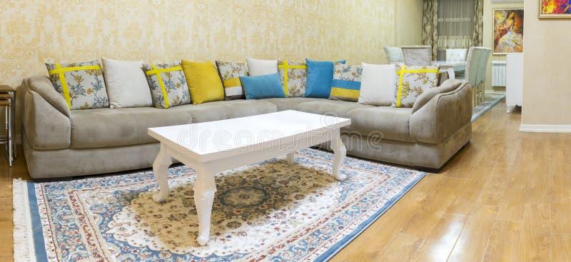 Дизайн живущей комнаты с софой и ковром стоковая фотография