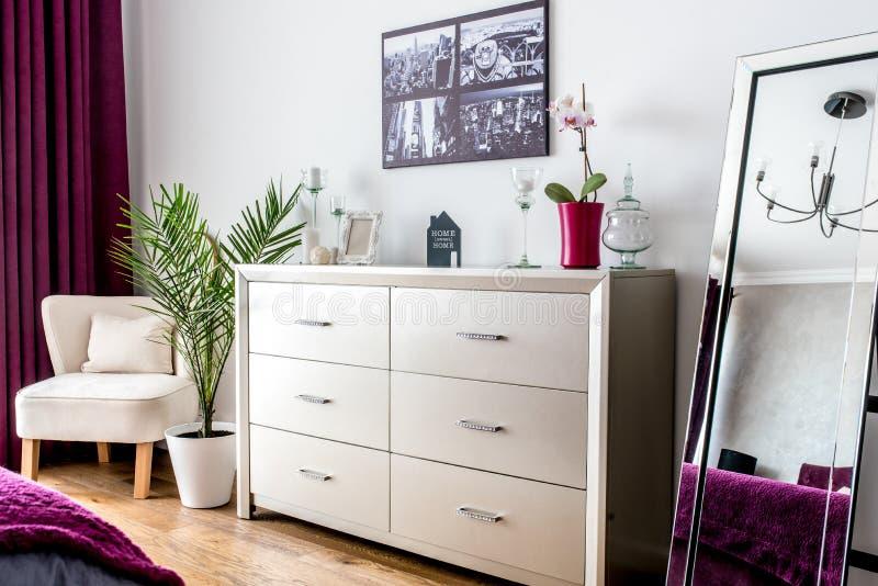 Дизайн интерьера - детали спальни, стойка ТВ и оформление зеркала стоковая фотография rf