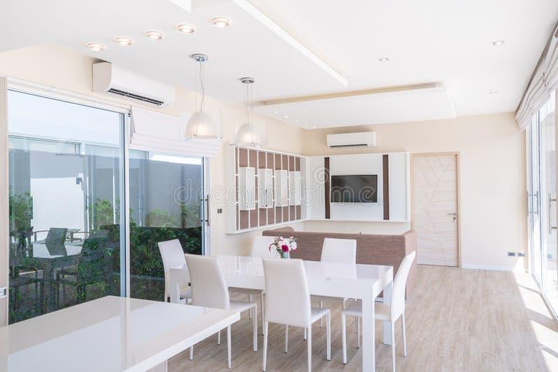 Дизайн интерьера дома или жилищного строительства роскошный в живущей комнате вилл бассейна Воздушный и яркий космос с высоким по стоковые фотографии rf