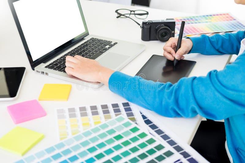дизайн интерьера или реновация и технология график-дизайнера концепция - женщина работая с образцами цвета для выбора На стоковые фотографии rf