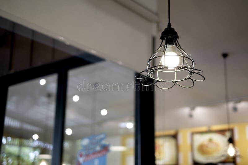 Дизайн интерьера лампы Электрическая лампочка СИД освещающая и смертные казни через повешение под крышей дома Лампа освещения под стоковое фото